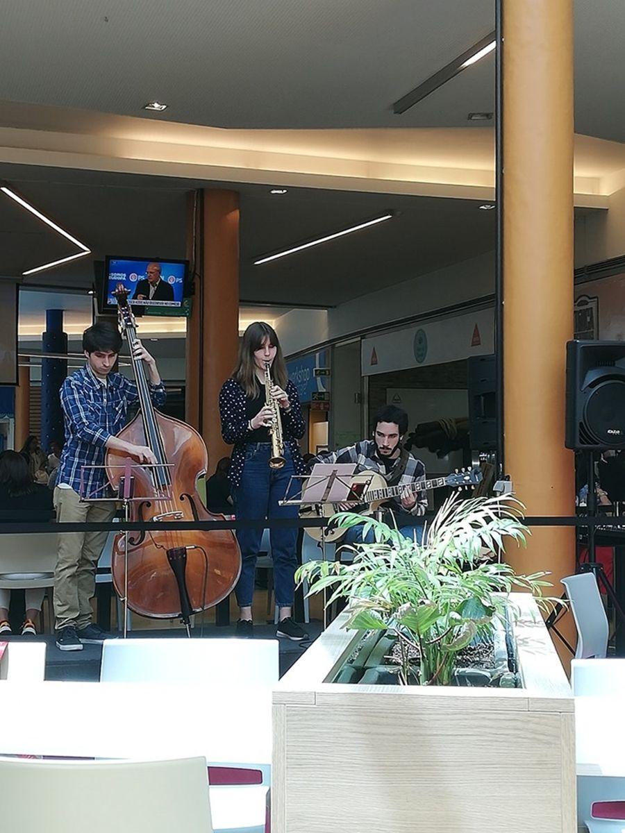 Almoço com música ao vivo no Mira Maia Shopping