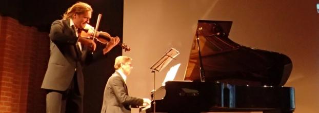 Oblivion (piano e Violino) toca música clássica romântica na primeira Sabores da horta em Anceriz