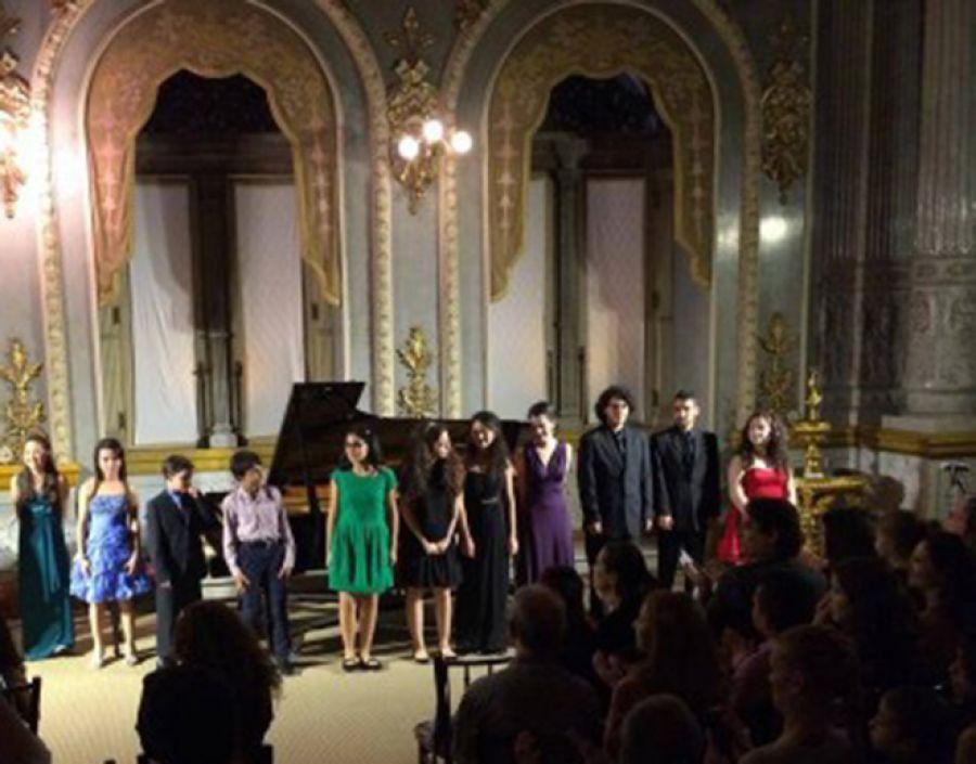 Niños pianistas del Instituto Superior de Artes.