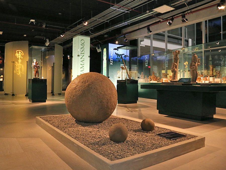 Sala Acopio. Objetos en cerámica, piedra y jade