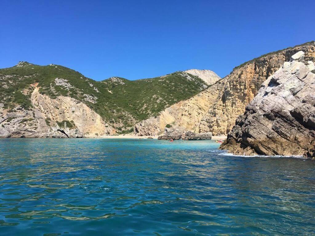 Passeio de Barco por Grutas e Praias Selvagens da Arrábida