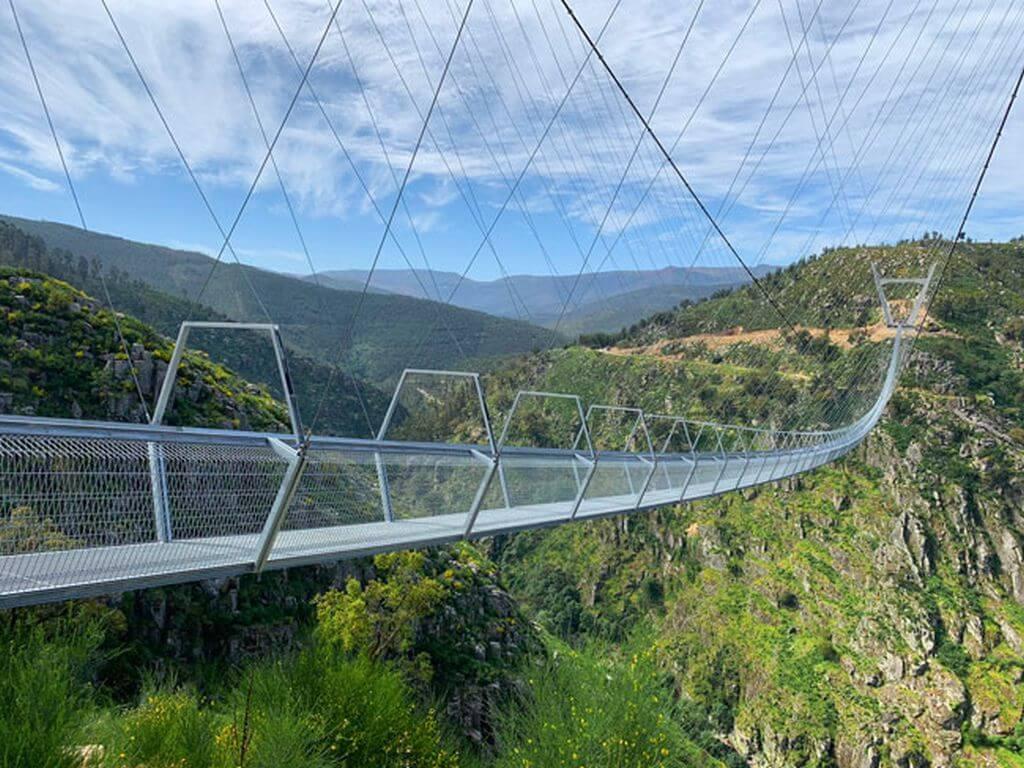 Caminhando na Ponte Suspensa e Cascata da Cabreia