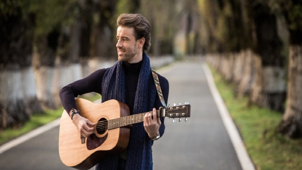 Debut musical del cantante y compositor Juan Carlos Berrocal