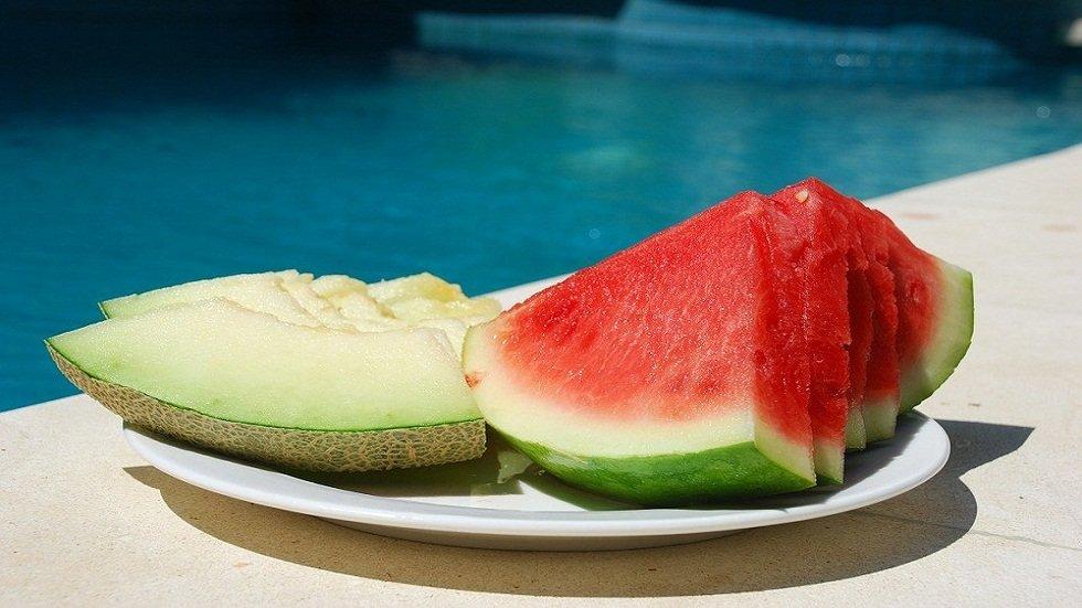 Comida al borde de la piscina