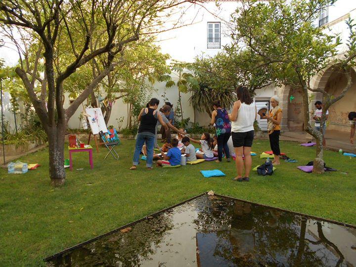 Sessão de contos no Jardim das Casas Pintadas