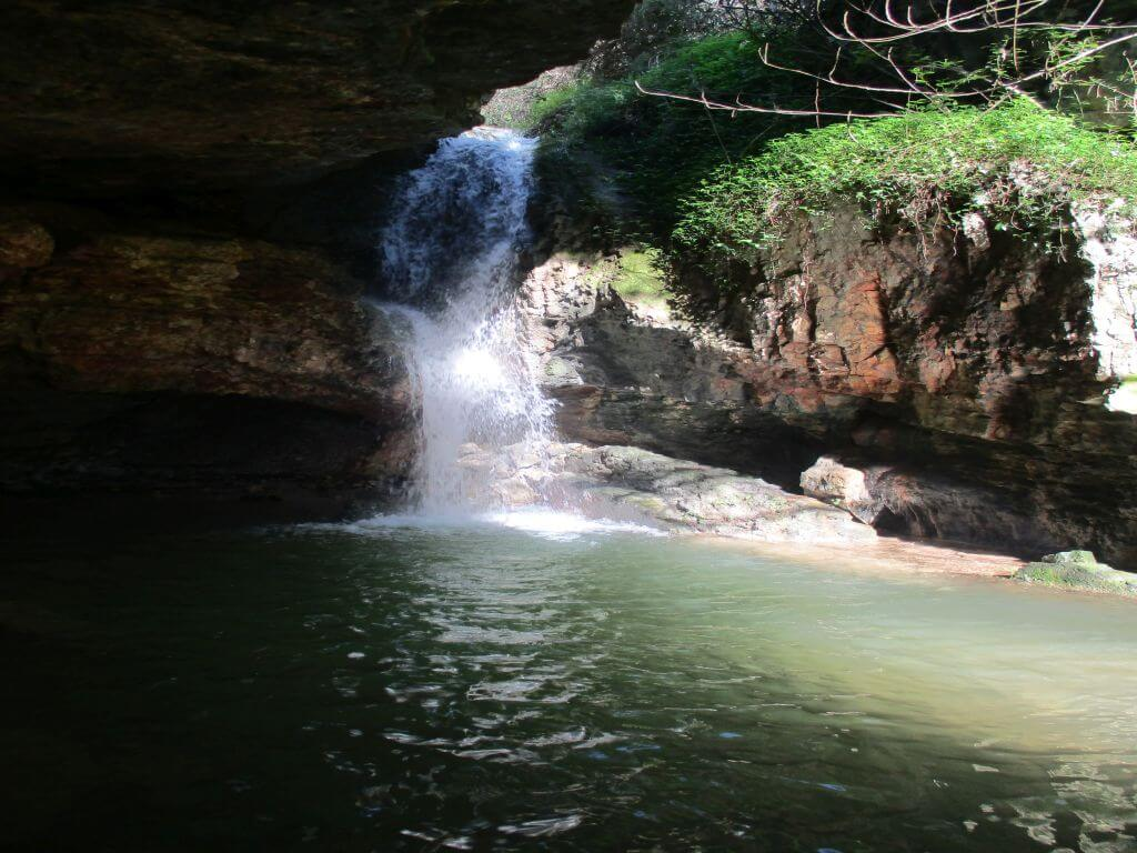 Caminhando das Mil Pedras às Cascatas do Paraíso