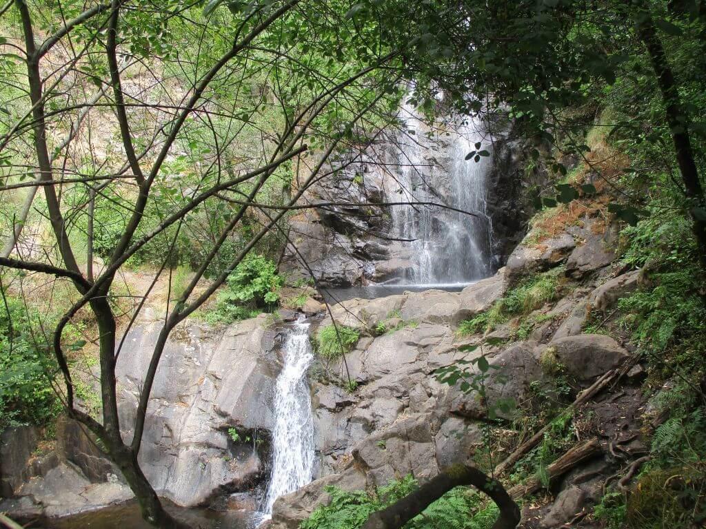 Caminhando na Cascata da Pedra Ferida